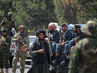 Fuerzas especiales de los talibanes (izquierda) junto a otros miembros de la milicia radical, en una calle de Kabul el 29 de agosto.