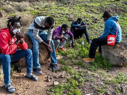 Jóvenes senegaleses huidos del sistema de acogida oficial sobreviven durmiendo en el campo ante el temor de ser deportados.