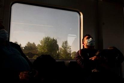 Un pasajero duerme en el interior de un vagón de la línea C-7 de Renfe que une Alcalá de Henares y Atocha.