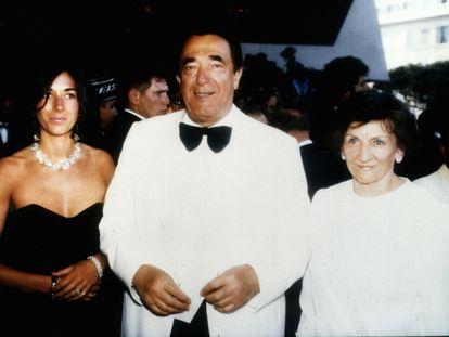 Robert Maxwell (centro), en una fiesta en su yate junto a su hija Ghislaine y su esposa Elisabeth.