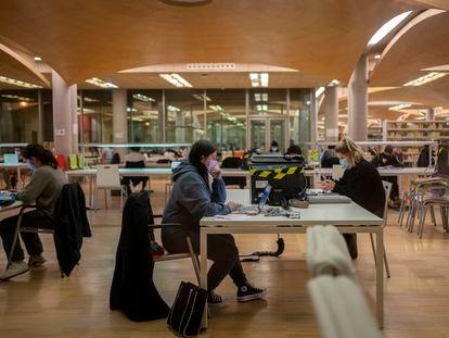 Estudiantes en la biblioteca Maria Zambrano, de la Universidad Complutense de Madrid, el pasado diciembre.