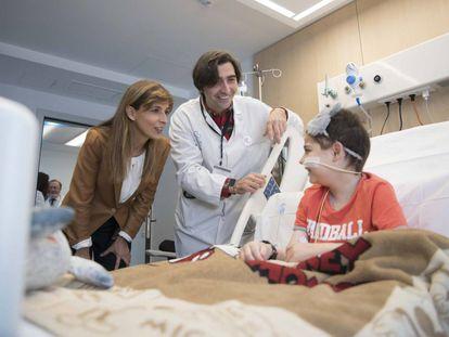 Lola Manterola y el doctor Antonio Pérez con Héctor, un paciente de 12 años.