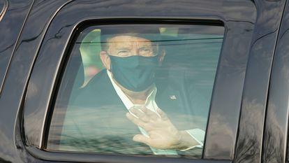 Donald Trump saluda a sus partidarios fuera del hospital Walter Reed Medical Center en Bethesda, Maryland.