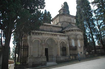 El edificio que mandó construir Teresa Amatller en el cementerio de Montjuïc con forma de iglesia románica.