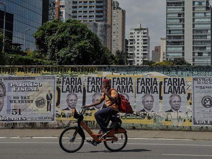 Las fotos de un muro de São Paulo hacen referencia a las sociedades opacas descubiertas en los 'Papeles de Pandora' a nombre del ministo de Ecomomía de Brasil, Paulo Guedes.