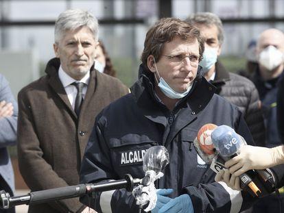 Almeida responde a los periodistas a las puertas de Ifema el pasado 23 de marzo. EDUARDO PARRA (EP)