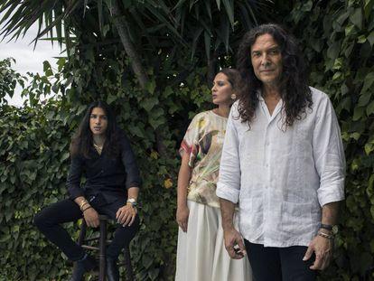 Tomatito con dos de sus hijos: María Ángeles, cantaora, y José, guitarrista, en la casa familiar de Aguadulce (Almería).