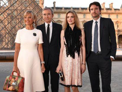 Desde la izquierda, Helene Mercier-Arnault; su esposo, Bernard Arnault; la modelo Natalia Vodianova, y Antoine Arnault, en el Museo del Louvre, en abril de 2017.