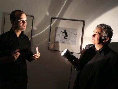 Atxaga (a la derecha) y Oskar Alegría, ayer en la exposición de Man Ray en San Sebastián.