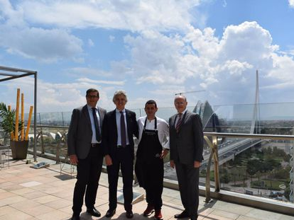 El cocinero Ricard Camarena junto a Juan Sabater, director regional de El Corte Inglés; Agustín Alonso, director de la Avenida de Francia, y Pau Pérez Rico, director regional de Comunicación y Relaciones Institucionales.