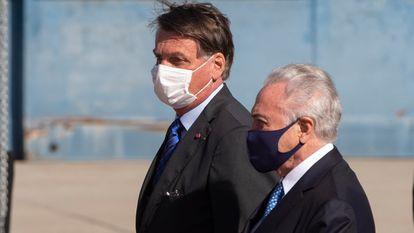 El presidente de Brasil, Jair Bolsonaro, camina junto al exmandatario brasileño Michel Temer, el pasado 12 de agosto en São Paulo.