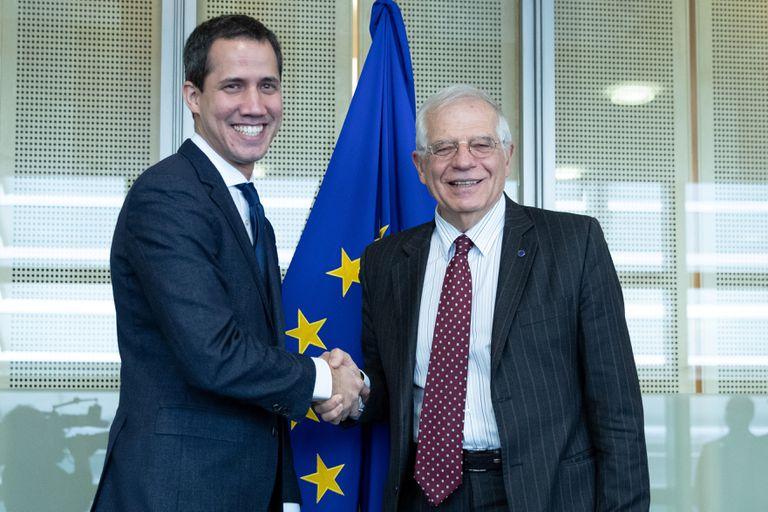 Juan Guaidó, a la izquierda, con el Alto Representante de la UE, Josep Borrell, en Bruselas el pasado enero.