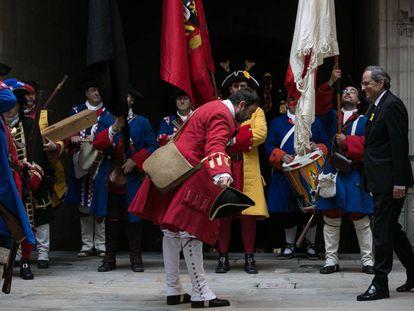 El presidente catalán, Quim Torra, recibiendo durante los actos de la diada a los Miquelets de Catalunya, una representación histórica de soldados milicianos y civiles del siglo XVIII.