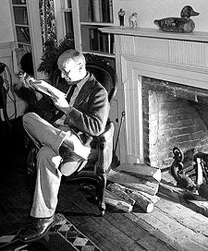 John Dos Passos, fotografiado en 1942.