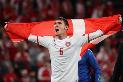 Andreas Christensen, autor del tercer gol de Dinamarca, celebra la clasificación de su equipo.