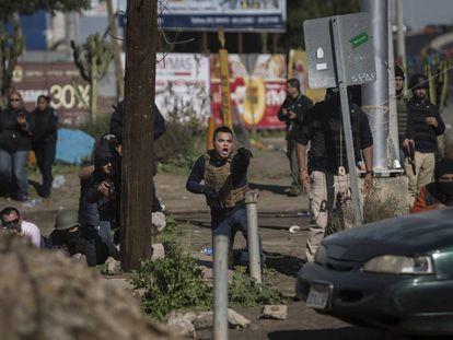 La policía de México se despliega ante protestas en una instalación petrolera en Rosarito, cerca de Tijuana.