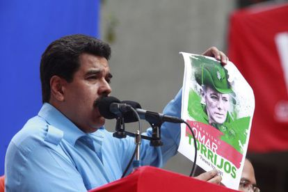 El presidente venezolano, Nicolás Maduro, muestra un retrato del expresidente panameño Omar Torrijos.