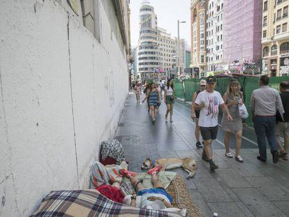 Olga Martín, de 32 años, duerme en un colchón en la Gran Vía de Madrid.