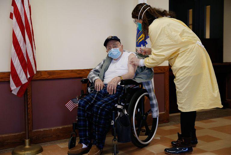 La doctora Alhan Fadiani administra una vacuna de Pfizer-BioNTech contra la covid-19 al veterano de guerra Dominic Pitella en Chelsea, Massachusetts.