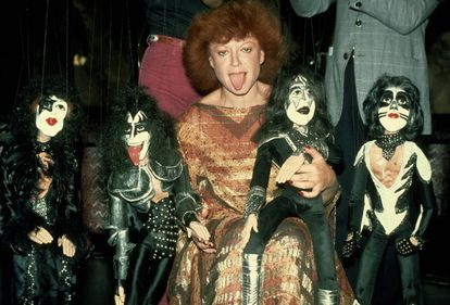 Regine Zylberberg posa con unas marionetas que representan a los miembros de la banda Kiss en Nueva York en 1979.