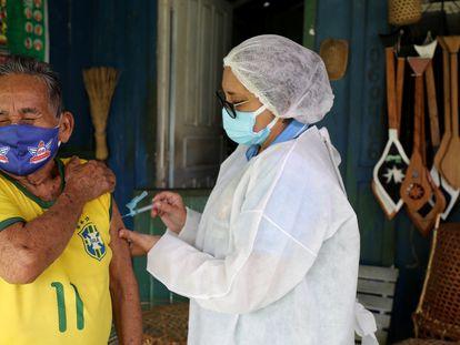 Raimundo Araujo, de 90 años, recibe la primera dosis de la vacuna de AstraZeneca, en Manaos (Brasil), el 9 de febrero.