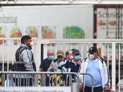 Empleados de una empresa cárnica que ha paralizado su producción por casos de covid en la ciudad alemana de Rheda-Wiedenbrück.