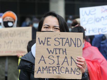 Una manifestación en contra del odio a los asiáticos en Nathan Phillip Square, en Toronto.