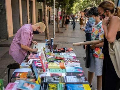 Haizea M. Zubieta firmando su libro 'Tocar el cielo' en el puesto instalado por la librería Berkana durante el Día del Libro 2020.