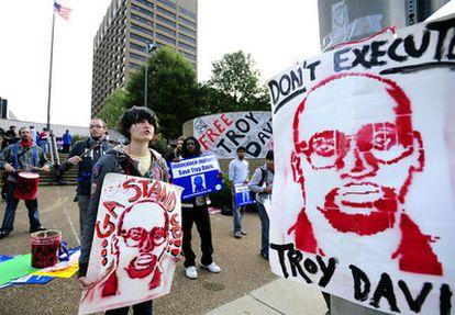 Manifestantes en contra de la ejecución de Troy Davis a las puertas de la corte de apelaciones de Georgia que tiene que tomar la decisión.