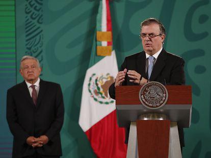 Ebrard junto a López Obrador durante su intervención de este martes en la conferencia matutina.