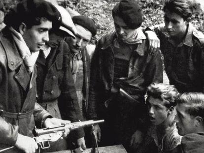 Un oficial de la resistencia francesa enseña a su compañeros cómo usar un subfusil en marzo de 1944.