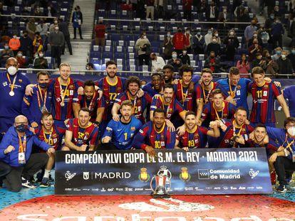 Los jugadores del Barça celebran el título de Copa en el WiZink Center de Madrid.