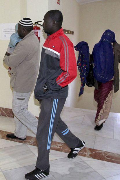 Mamadou Darme (con chándal) y su esposa Niuma Sillah, ayer en la Audiencia de Teruel.
