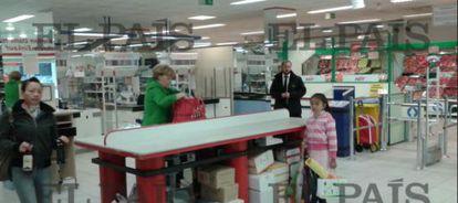 Angela Merkel, colocando su compra en una cesta.