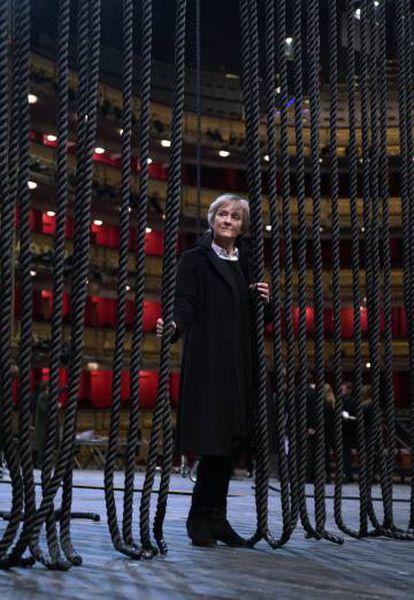 La directora de escena Deborah Warner en el escenario del Teatro Real, durante los ensayos de 'Billy Budd'.