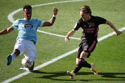 Renato Tapia bloquea un pase de Luka Modric este sábado en Balaídos.