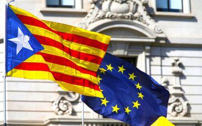 Una bandera estelada junto a una bandera de la Unión Europea.