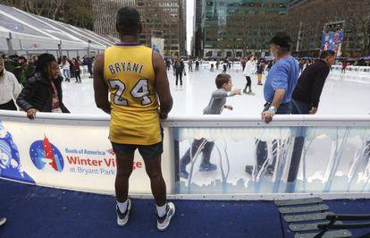 Un hombre en pantalón corto en Bryant Park
