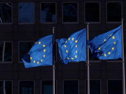 Banderas de la UE ante la sede de la Comisión Europea, en Bruselas.