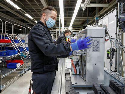 Un operario de SEAT trabaja en la cadena de montaje de los respiradores que la compañía está fabricando