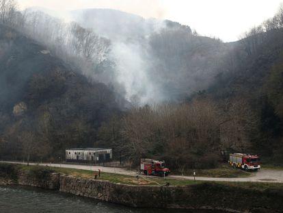 Labores de extinción del incendio originado en Bera, el pasado sábado.