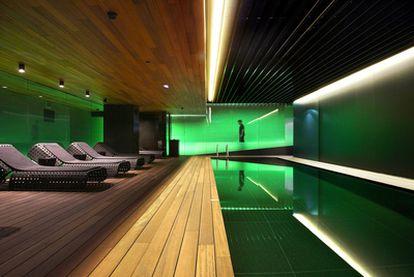 La arquitecta y diseñadora Patricia Urquiola (Oviedo, 1961) -con estudio en Milán- ideó una iluminación en tonos verdosos para obtener un ambiente relajante y refrescante en el <i>spa</i> del hotel Mandarin Oriental de Barcelona, inaugurado a finales de noviembre de 2009. Las luces insuflan una atmósfera de aire fresco en una planta subterránea donde espera una piscina de 12 metros de largo.
