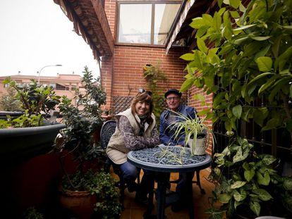 Adela León y su pareja, Daniel Barrio, en su piso de San Sebastián de los Reyes.
