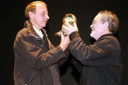 Michel Houellebecq (a la izquierda) recibe el Premio Leteo de manos de Fernando Arrabal ayer en León.