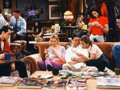 Los protagonistas de 'Friends' en el sofá del café donde se juntan.