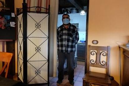Javier Gaspar en el salón de su casa rural en Jabaloyas (Teruel), el pasado noviembre.