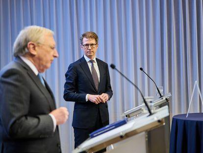 Tjibbe Joustra, director de la comisión sobre adopciones internacionales, en primer plano, presenta el informe junto al ministro de Protección Legal, Sander Dekker, este lunes en La Haya.