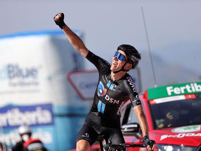 Romain Bardet (DSM) celebra su victoria en la 14ª etapa de La Vuelta a España disputada este sábado entre las localidades de Don Benito (Badajoz) y Pico Villuercas (Cáceres).