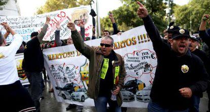 Taxistas de la asociación gremial Élite se manifiestan contra la aplicación Uber.