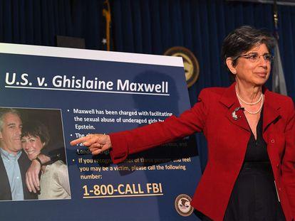 La entonces fiscal del distrito sur de New York, Audrey Strauss, anuncia los cargos contra Maxwell en julio de 2020.